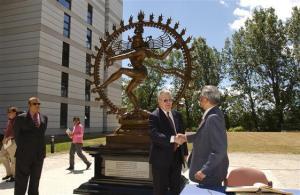 El escudo del CERN es la diosa SHIVA... madre de la destrucción.