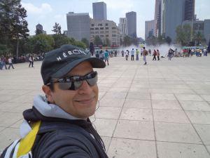 El autor en la explanada del Monumento a la Revolución.