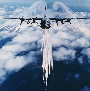 Avión Hércules C-130 empleando medidas activas anti-misiles.
