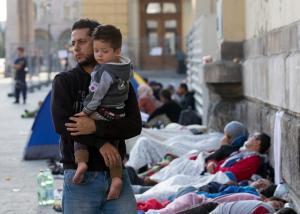 486206700-migrants-sleep-outside-keleti-station-which-remains.jpg.CROP.promo-xlarge2